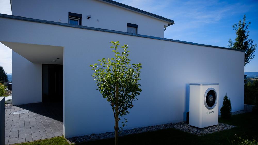 Im Haus von D. Roeck erreicht der Energiemanager von Bosch einen Autarkiegrad vom Haushaltsstrom von bis zu 55 Prozent. Rechts im Bild ist die Außeneinheit der Wärmepumpe Compress 7000i AW zu sehen. (Quelle: Bosch)