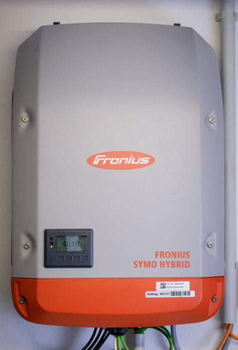 Der Fronius Symo Hybrid Wechselrichter sorgt dafür, dass der Solarstrom vom Energiemanager verteilt werden kann. (Quelle: Bosch)
