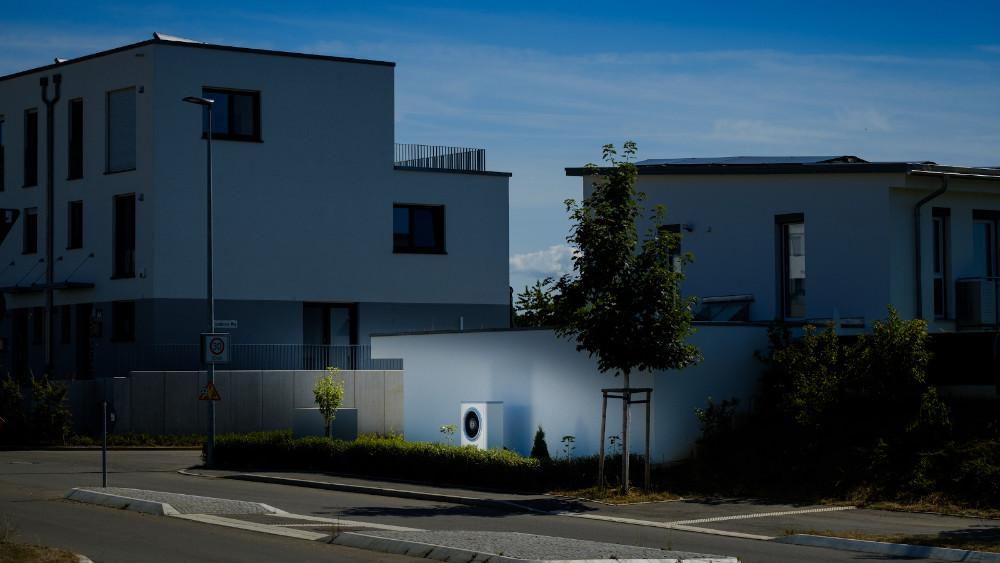 Einsatz eines Energiemanagers und einer Wärmepumpe mit Photovoltaikanlage kann die durchschnittlichen Stromkosten von 1.850 Euro auf 650 Euro pro Jahr reduzieren. (Quelle: Bosch)
