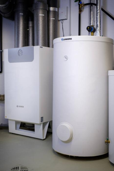 Um noch mehr Energie zu sparen, setzt D. Roeck mit der Vent 5000 C von Bosch auf eine zentrale Wohnungslüftung (links). (Quelle: Bosch)
