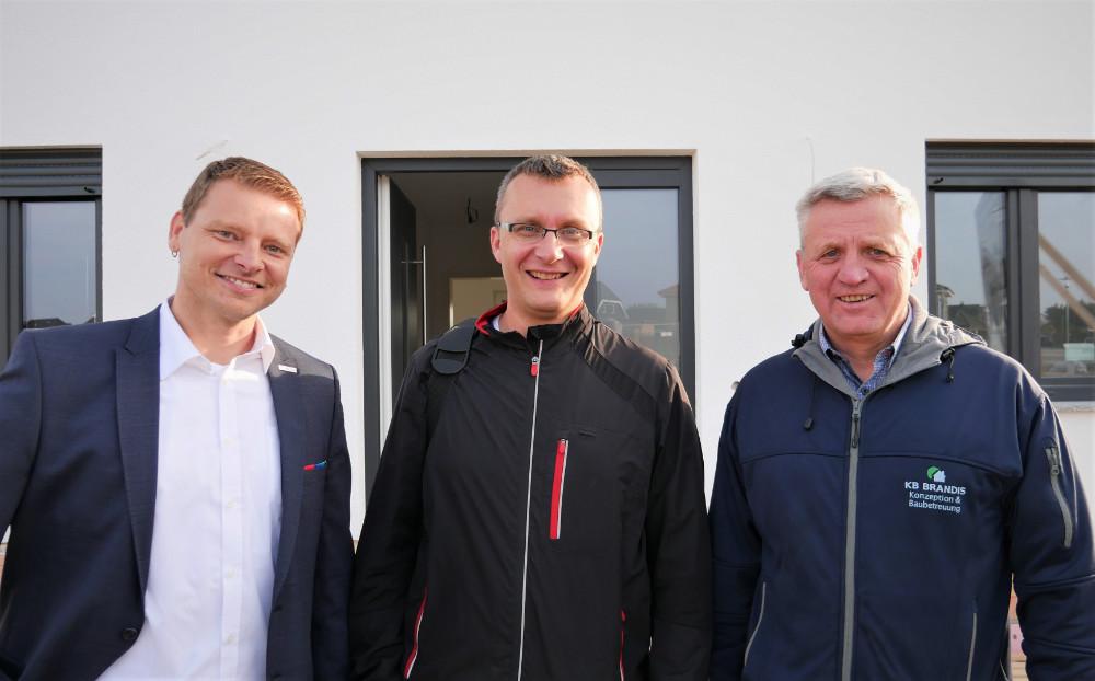 Für sein Bauprojekt suchte Christian Wolff (Mitte) kompetente Unterstützung. Diese fand er bei Bauträger Bernd Brandis (rechts) und Bosch-Key-Account-Manager Gordon Zittlau (links). | Bildquelle: Bosch