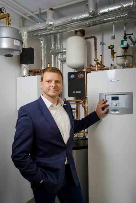 Um den KfW-Standard 40 Plus zu erreichen, musste ein möglichst effizientes Wärmekonzept entwickelt werden. Bosch-Key-Account-Manager Gordon Zittlau riet zu der Supraeco-Sole-WärmepumpeSTM60-1 mit integriertem Warmwasserspeicher. | Bildquelle: Bosch