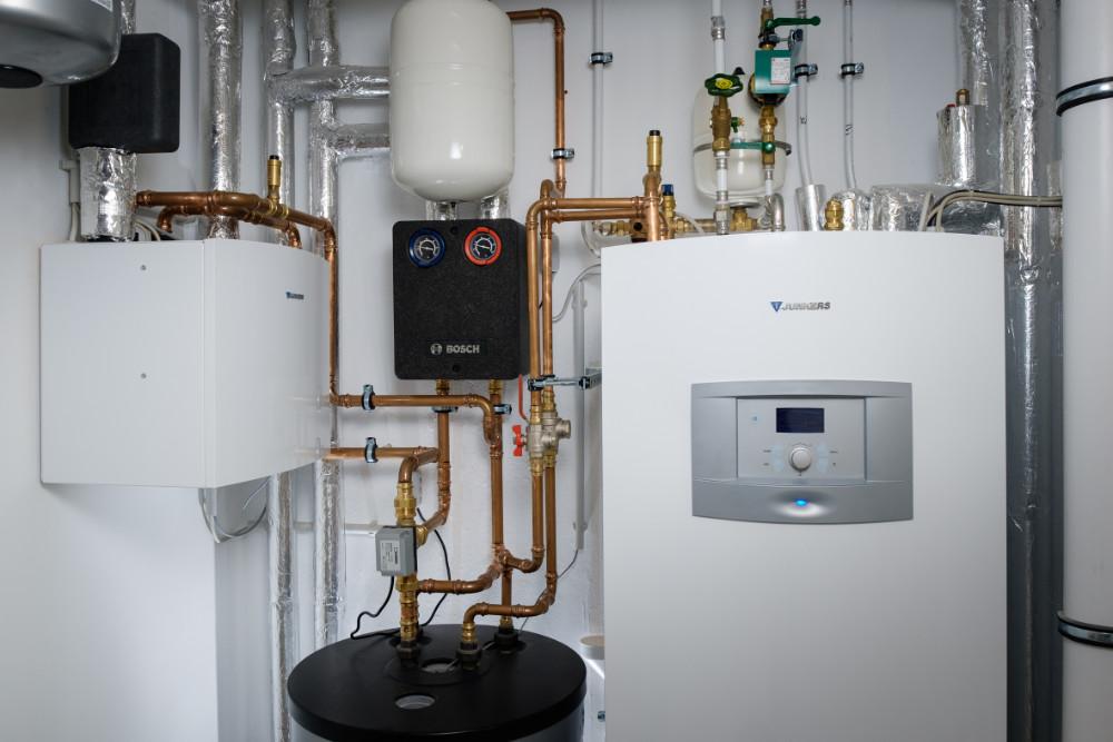 Besonders platzsparend lassen sich Heiz- und Kühltechnik in nahezu jeden Heizungsraum integrieren. | Bildquelle: Bosch