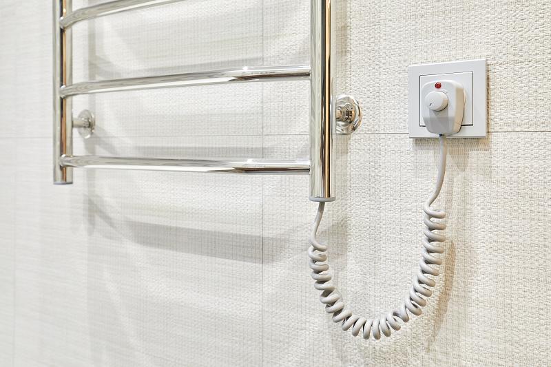 Elektrischer Handtuchwärmer im Bad