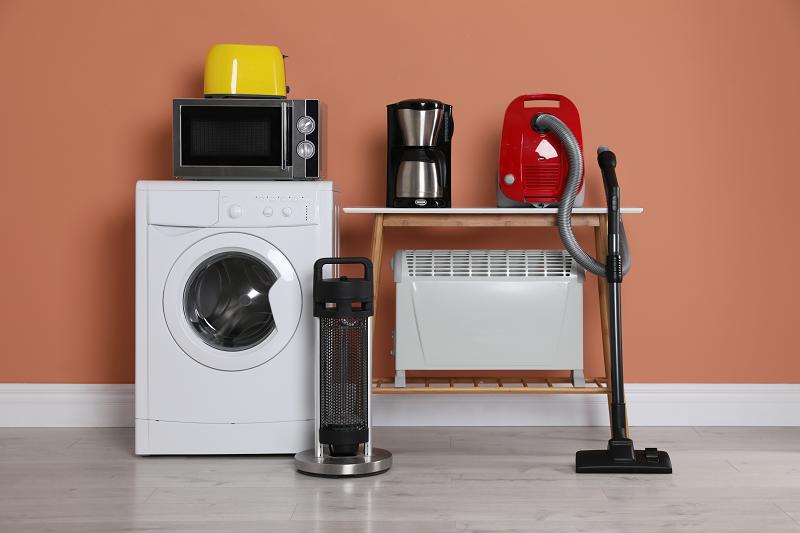 Verschiedene Haushaltsgeräte mit Elektroheizung aufgestellt