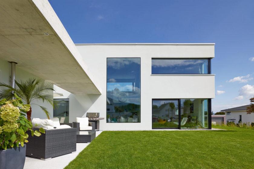 Gerade bei großen Fensterflächen ist selbstreinigendes Glas sinnvoll. (Foto: BF/ Glas Trösch)