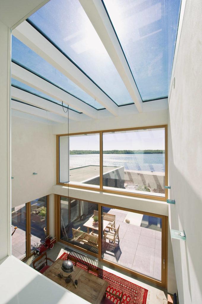 Gerade bei großen Fensterflächen ist selbstreinigendes Glas sinnvoll. (Foto: Semcoglas)