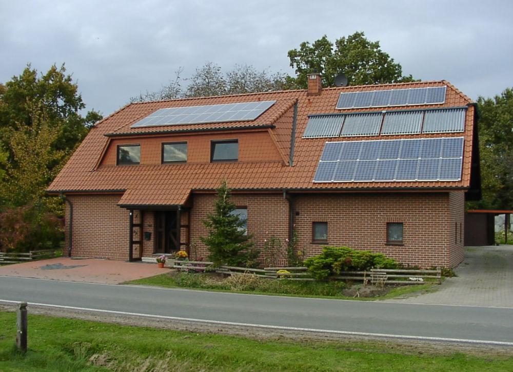 Haus Vinke in Friedewalde 2004 mit erweiterter Photovoltaikanlage ©Uwe Vinke