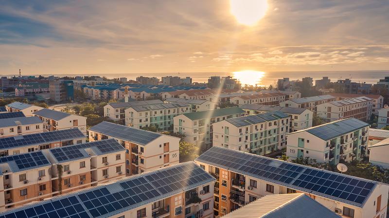 Mehrfamilienhäuser mit Photovoltaik auf den Dächern.