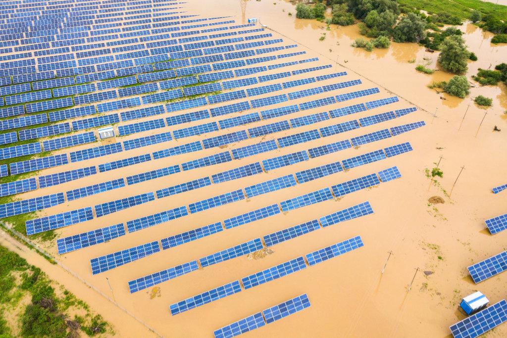 Luftbild einer Photovoltaikanlage bei Hochwasser